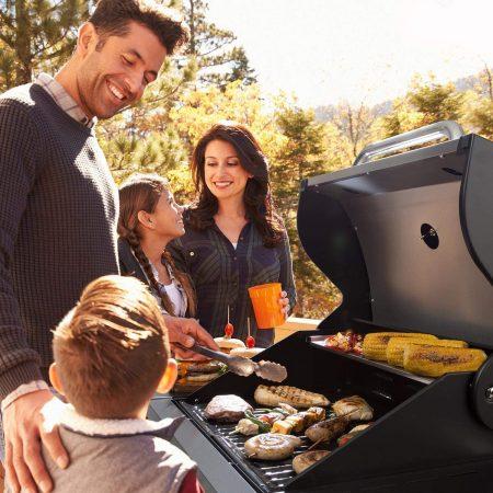 Cuisine extérieure en famille